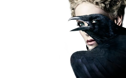 Обои Королева Ровенна / Ravennа / Шарлиз Терон / Charlize Theron и черный ворон, фильм Белоснежка и охотник / now White and the Huntsman