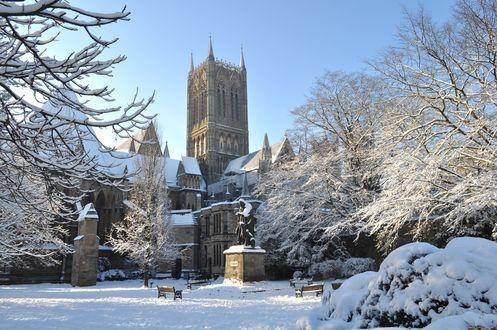 Обои Готический замок в снегу