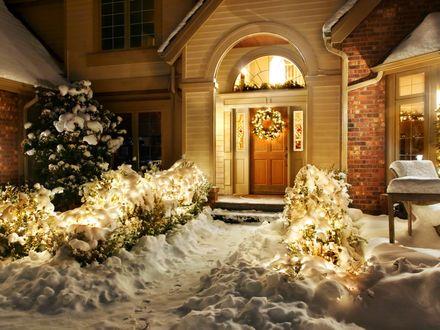 Обои Дом, украшенный к Рождеству в огнях