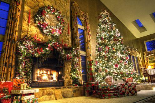 Обои Наряженная новогодняя елка в доме возле камина