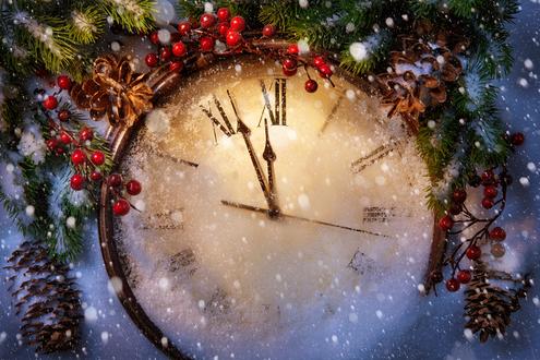 Обои Часы в еловых ветках показывают почти полночь под снегом в Новый год