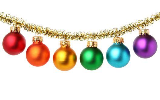 Обои Новогодняя гирлянда с разноцветных шаров на белом фоне