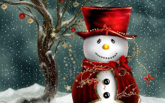Обои Рождественский снеговик под снегом, возле дерева с елочными украшениями