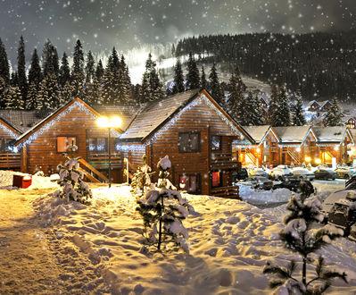 Обои Деревянные дома среди гор и елок ночью перед Рождеством