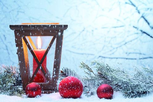 Обои Шарики, еловые ветки и свеча в снегу