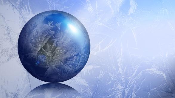 Обои Голубой абстрактный новогодний шарик на белом снегу