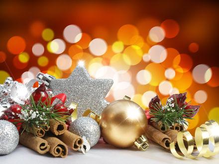 Обои Новогодние шары, звезда и палочки корицы на фоне бликов