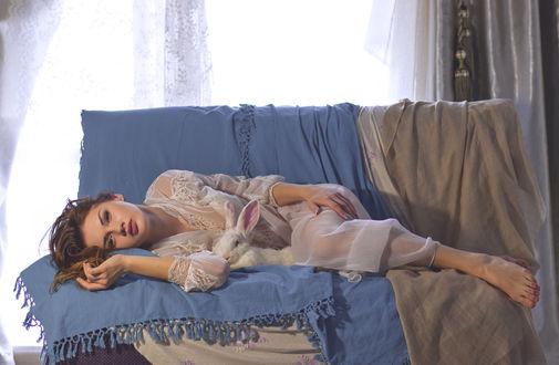 Обои Девушка с кроликом лежит на диване, фотограф Алена Цикава