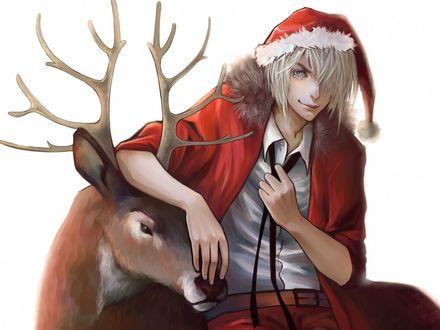 Обои Светловолосый парень в новогоднем костюме стоит возле оленя