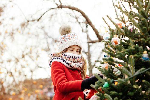 Обои Девочка стоит у праздничной елки, фотограф Gabriela Tulian