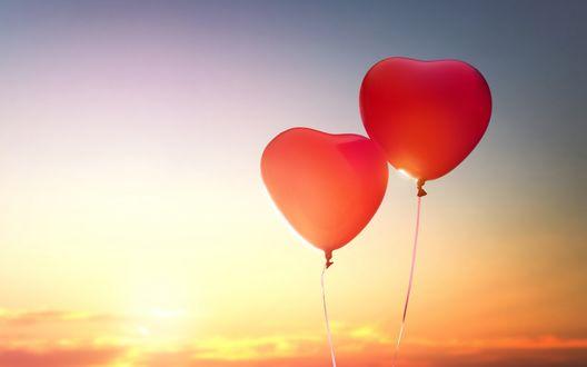 Обои Воздушные шарики в виде сердец на фоне заката