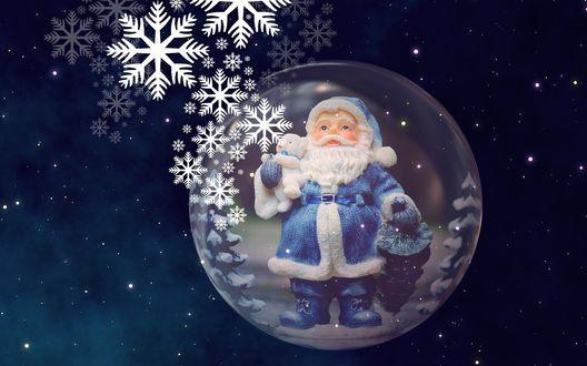 Обои Фигурка Дед Мороза в стеклянном шарике на фоне ночного неба