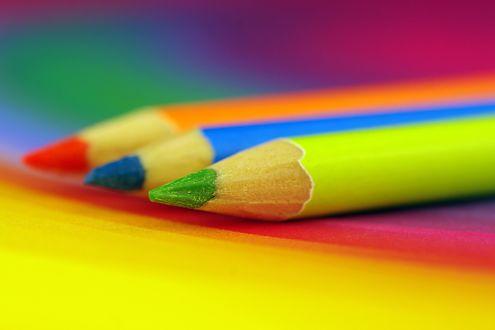 Обои Три разноцветных карандаша