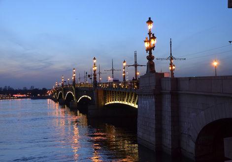 Обои Мост через реку Неву в Санкт-Петербурге, фонари вечер