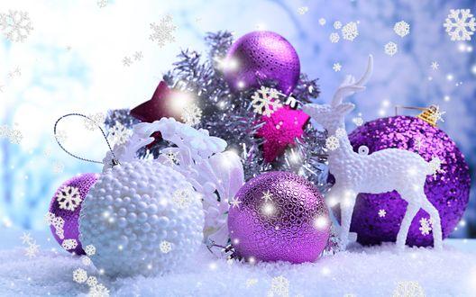 Обои Новогодние украшения на снегу