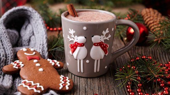 Обои Чашка с напитком рядом с новогодними украшениями и сладостями