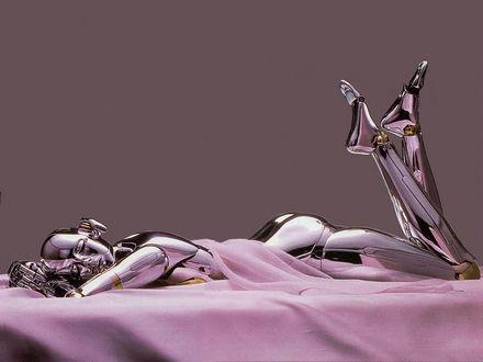 Обои Девушка робот лежит на животе, подняв вверх ноги