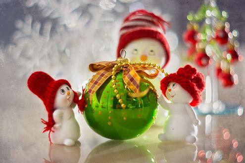 Обои Новогодний шар и снеговики в шапочках, фотограф Юлия Густерина