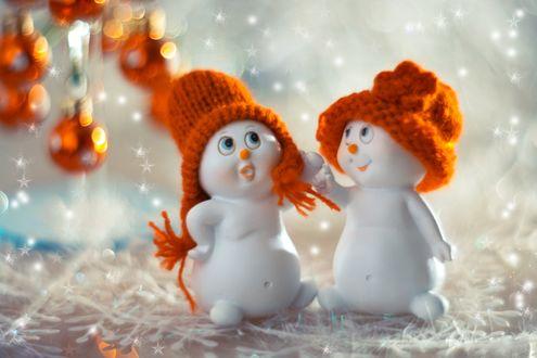 Обои Новогодние шары и снеговики в шапочках, фотограф Юлия Густерина