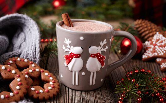 Обои Кружка горячего какао и печенье на деревянном столе среди еловых веточек и шариков