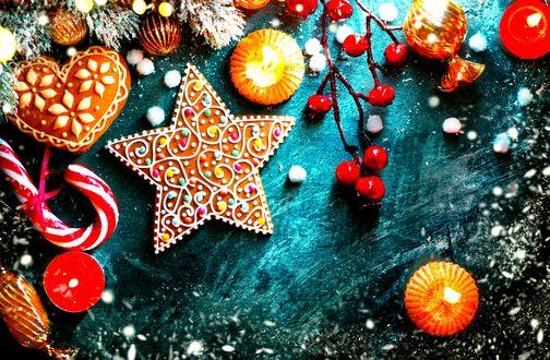 Обои Печенье в виде сердечка и звезды, леденец, ягоды на ветке рядом со свечами и игрушками