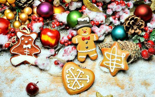 Обои Фигурное печенье и яблоки рядом с игрушками и шишками
