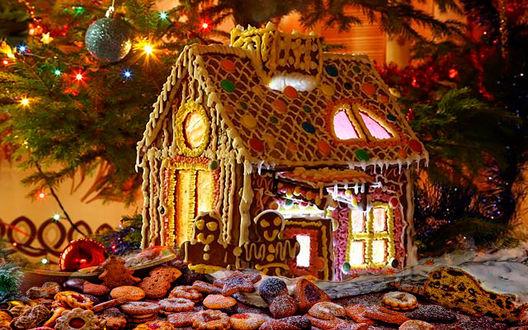 Обои Пряничный домик с печенюшками под новогодней елкой