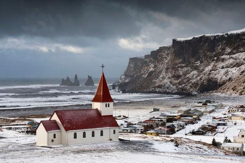 Обои Церковь на фоне пасмурного неба, небольшого северного поселения, гор и океана