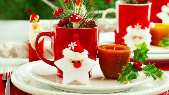 Обои Фигурки Санты, свечи, ветки с ягодами и шишками на белых тарелках