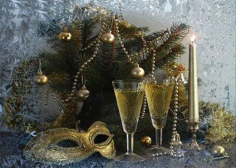 Обои На фоне окна в инее ветки елки с игрушками, маска, фужеры с шампанским, свечи