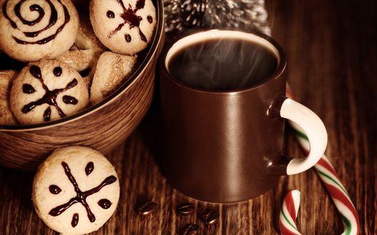 Обои Кружка горячего кофе стоит на столе возле чашки с печеньем