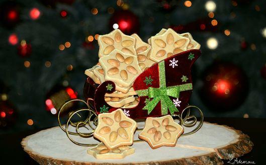 Обои Печенье с миндалем в игрушечных санях на деревянной доске на размытом фоне, by Z. Ademova