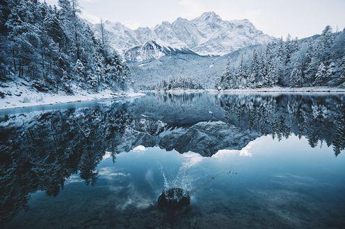 Обои Горы, деревья на берегу и их отражение в озере, фотограф Johannes Hulsch