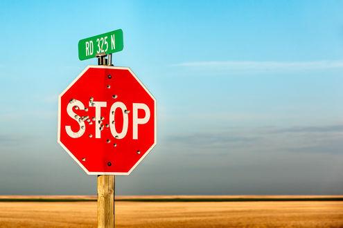 Обои Знак STOP / СТОП с отверстиями от пуль и надпись RD 325 N