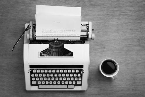 Обои Печатная машинка и кружка кофе на столе