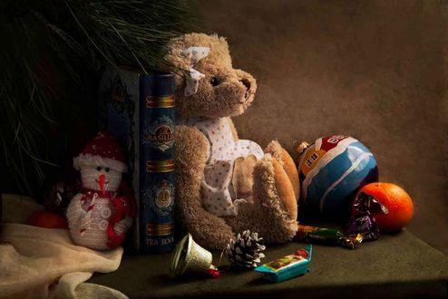 Обои Работа скоро Новый год, игрушечный мишка сидит перед новогодними игрушками, апельсиной и конфетами, фотограф Татьяна Канаева