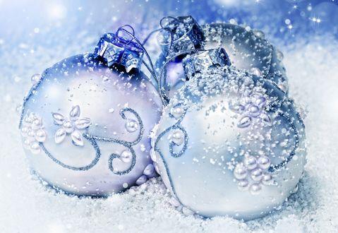 Обои Новогодние голубые шарики в снегу