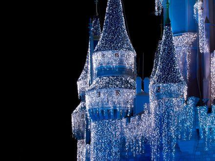 Обои Замок Disneyland / Диснейленда, наряженный гирляндами к Новому году на фоне ночного неба