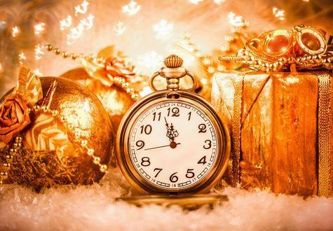 Обои Золотые часы с новогодними шариками и подарками