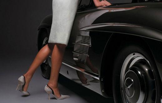 Обои Девушка у машины, красивые ноги, туфли