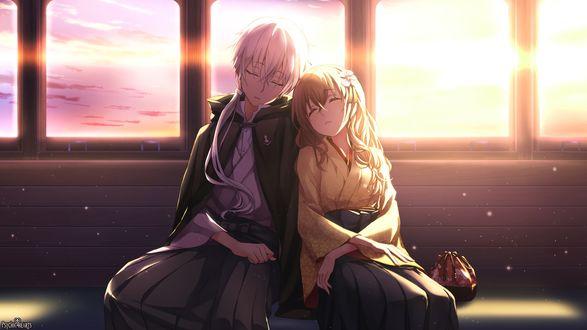Обои Две спящие девушки сидят прижавшись друг к другу, сидя в вагоне поезда, на фоне заката
