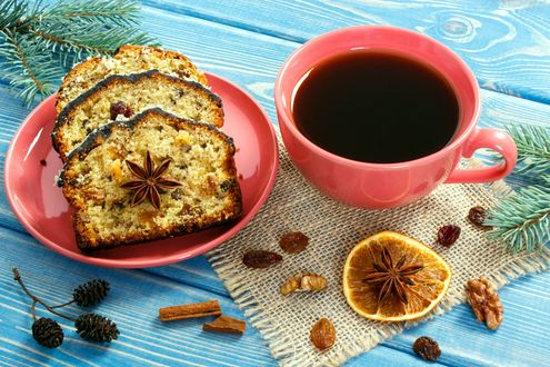Обои Кофе в чашке, кекс, орехи, изюм и специи на столе