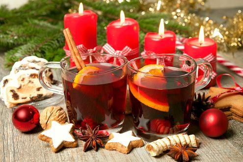 Обои Напитки с лимоном, кекс, печенье, орех, специи, игрушки на фоне красных свечей и ветки ели с мишурой