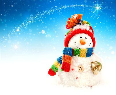 Обои Милый снеговик с колокольчиком в вязаной шапке и шарфе на бело-голубом фоне с бликами
