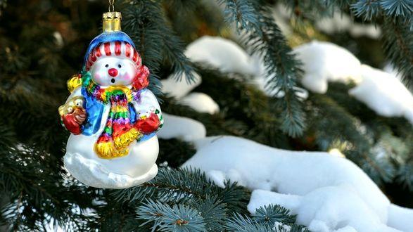 Обои Стеклянный снеговик на ели со снегом