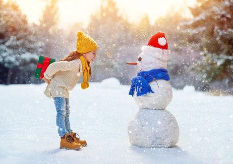 Обои Девочка с подарком для снеговика