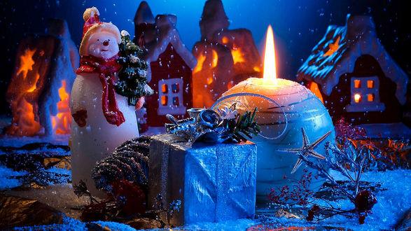 Обои Новогодний фон, снеговик с елочкой, сказочные домики, подарок и круглая свеча