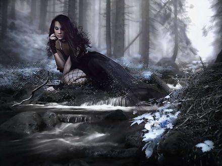 Обои Девушка наклонилась у ручья в зимнем лесу