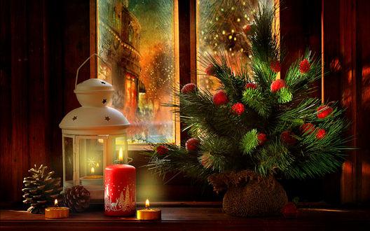 Обои На подоконнике окна стоят свечи, фонарь и букет из елочных веток, фотограф Марина Володько