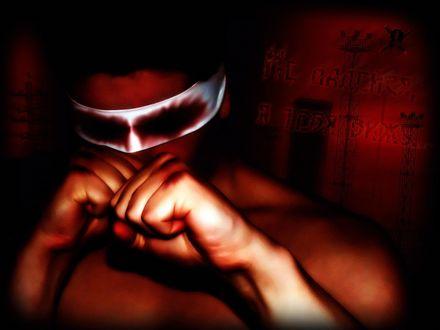 Обои Ослепленный боец с окровавленной повязкой на глазах выставил вперед кулаки (Не надейся, я тебя вижу)